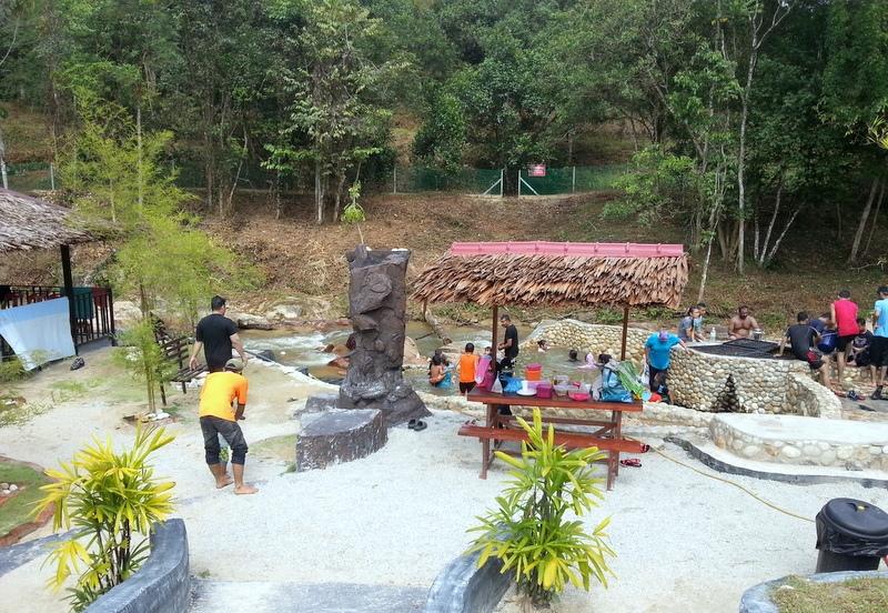 terdapat juga kolam air panas suam yang tak seberapa besarnya namun padat dengan pengunjung di dalamnya melayu china india sikh bangla semua