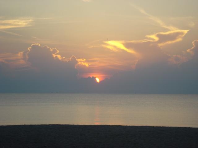 matahari naik di pantai batu buruk