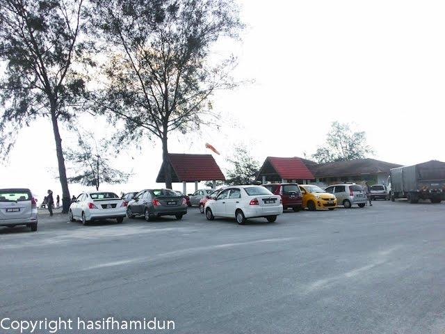 banyak kereta parking di tepi tepi pantai