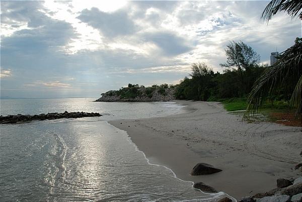 terdapat banyak hotel di sepanjang pantai tanjung bungah pusat sukan air penang terletak di sini juga jadi sukan air seperti kayak dan bot adalah sangat