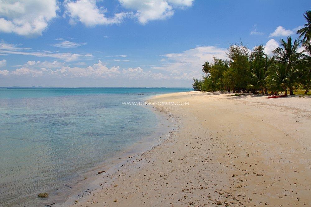 namun begitu air lautnya tetap jernih kehijauan dengan hamparan pasir halus di pantai berlatar belakangkan hutan tebal di tengahnya pulau besar sangat