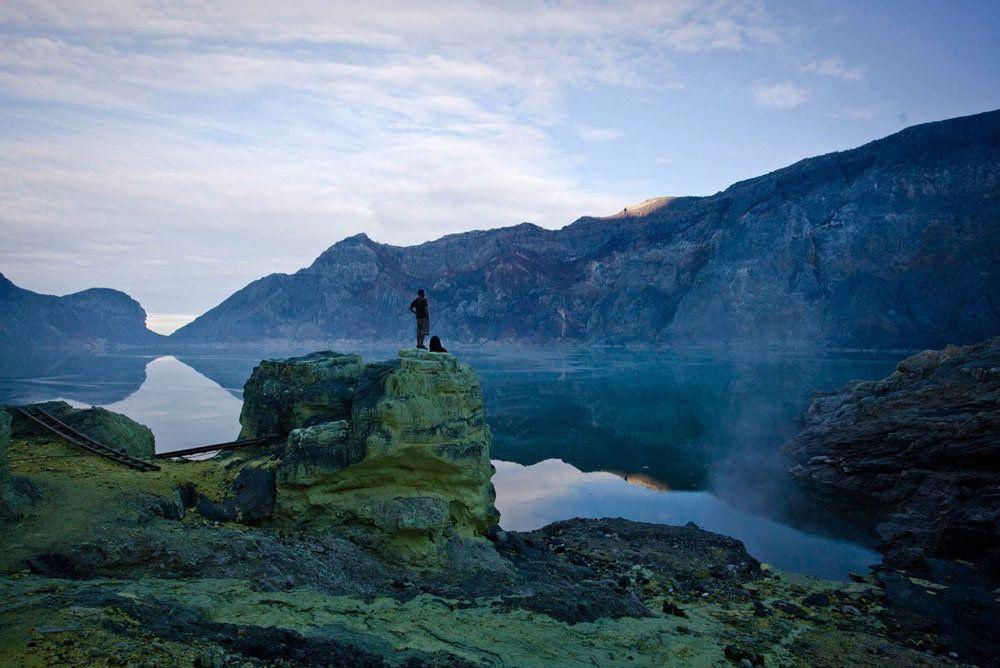 di puncak gunung setinggi 2 443 meter di atas permukaan laut tersebut terdapat danau kaldera dengan kandungan air sangat asam terbesar di dunia kawah ijen
