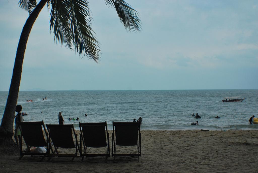 pantai teluk batik perak by budgetcouple
