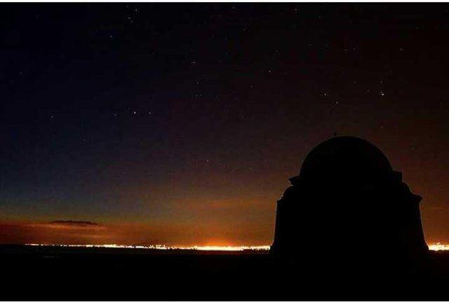 pemandangan di malam hari punya keindahan tersendirinya salah satunya adlah seperti yang di foto ini pemandangan yang dengan adanya lampu2 di seberang laut