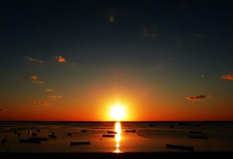 Pemandangan Waktu Senja Di Pantai Yang Mengagumkan Dan Patut