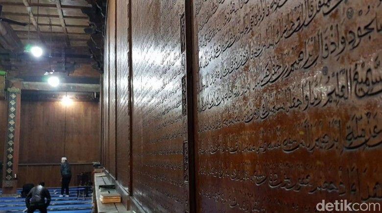 ayat al quran yang terukir di dinding masjid agung xian elvan detiktravel