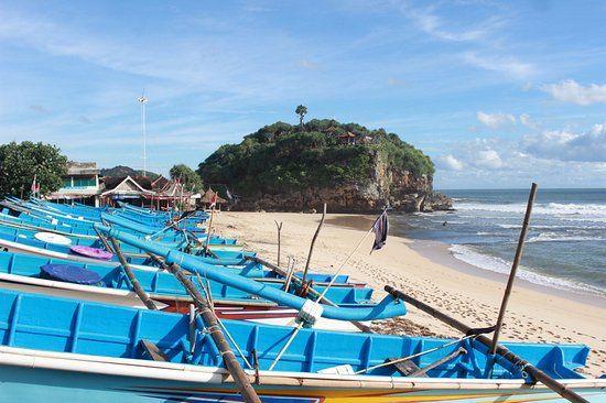 drini beach terdapat perahu warga