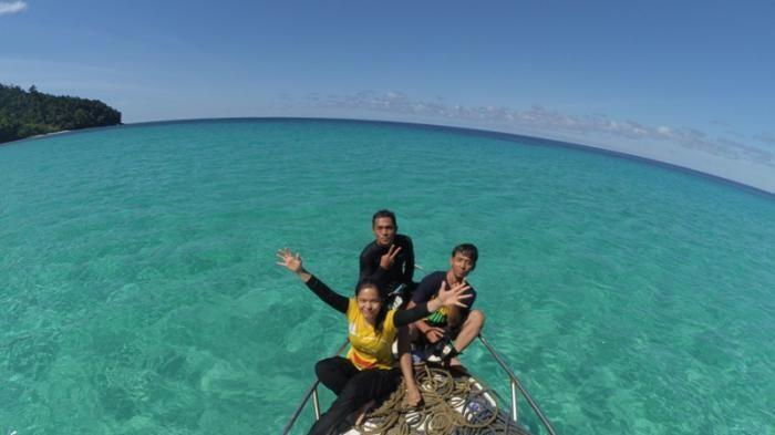 siapa sangka destinasi wisata dengan pemandangan laut biru nan indah ini ada di tapanuli tengah