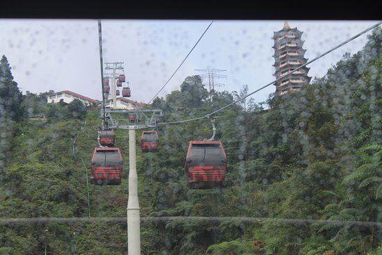 genting skyway pemandangan dari kereta kabel saat tidak berkabut dan kuil chin swee