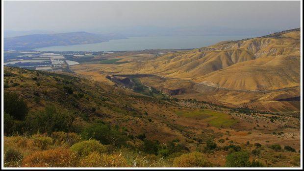 pemandangan di dekat situs makam di sebelah kiri adalah danau tiberias israel dan di kanannya adalah dataran tinggi golan foto nico adam