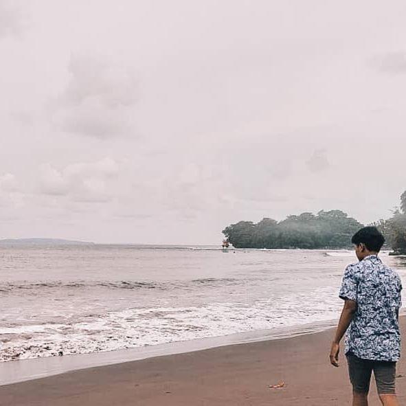 meskipun cuaca kurang cerah suasana di pantai ini tetap indah hiyahiya