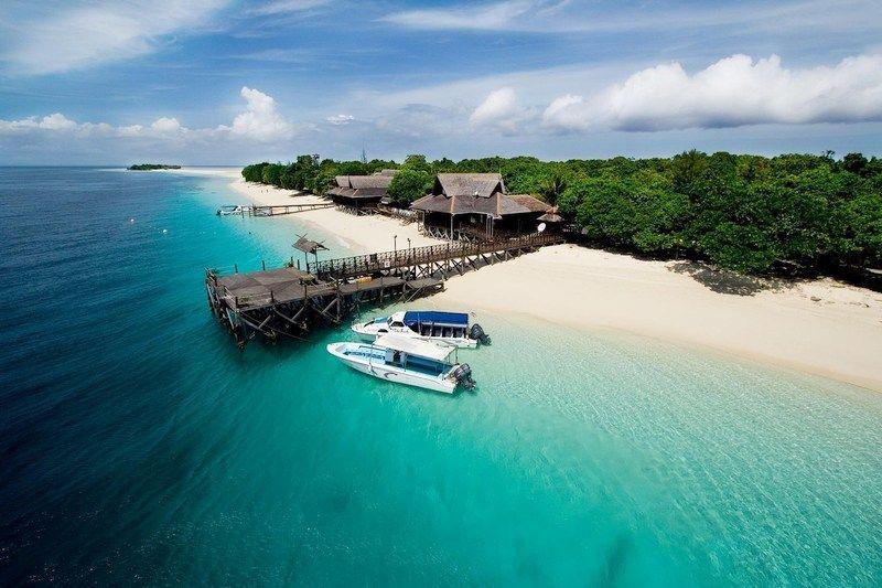 selain itu para pelancong yang datang di sini dapat melakukan pelbagai aktiviti aktiviti pantai sambil menikmati pemandangan persekitaran yang indah